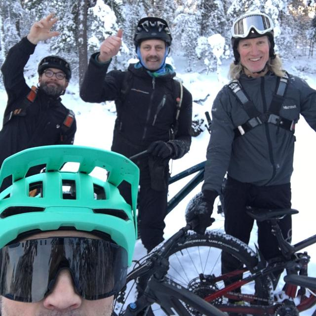 Insruktörer på Mountainbikeskolan, Daniel Buckard, Tobbe Olsson och Fredrik Hallandermed kompisen Kalle